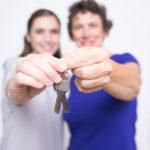 鍵を持つカップルイメージ