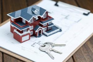 住宅の模型と鍵