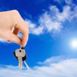 住宅の鍵を持つ手