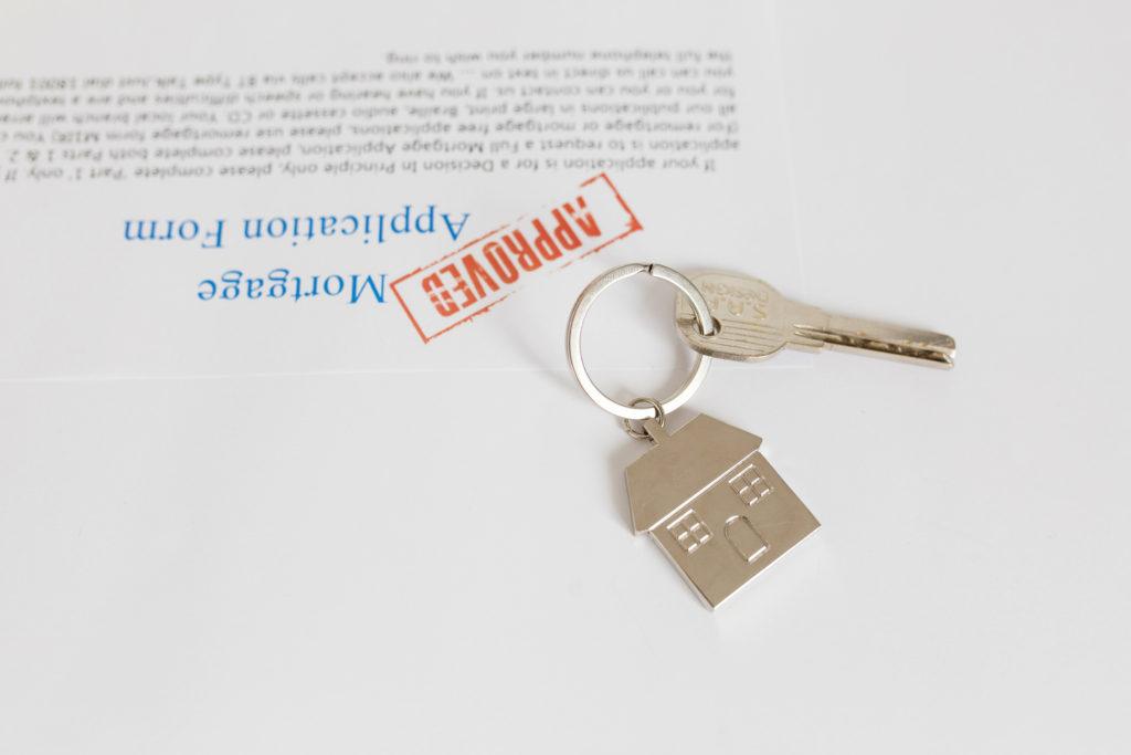 通知書と住宅の鍵