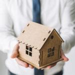 家の模型を持つ男性イメージ